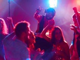 夜场伴唱大家可能比较了解,主要就是凭借才艺赚钱