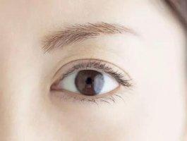 上眼皮一直浮肿是什么原因?看医生怎么说的