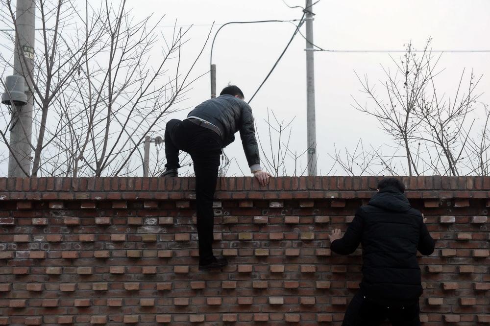 如何看待湖南农业大学在墙上泼机油阻止学生翻墙出校门的现象? 第1张